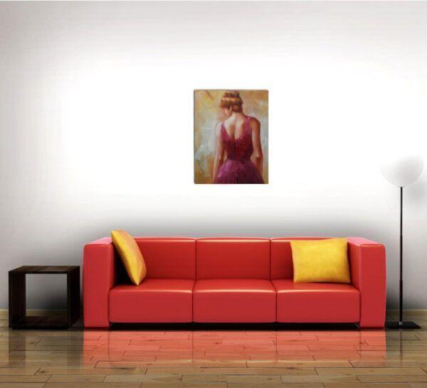 Kvinde i lyserødt miljø over sofa